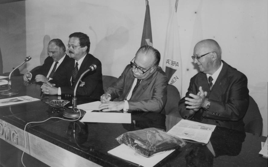 14.12.1988 - Assinatura do convênio para a restauração do Colégio Caraça - Aloísio Garcia, Carlos Alberto, ministro José Aparecido de Oliveira e Padre Tobias Zico