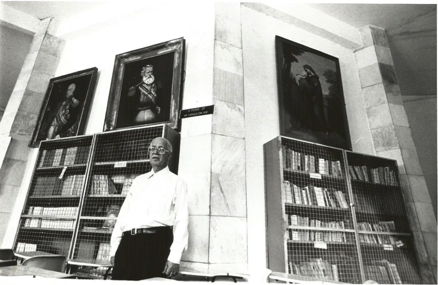 Padre Tobias Zico, na biblioteca do Caraça