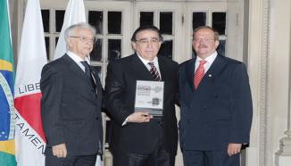 Itamar Franco e Carlos A.T. Oliveira entregam troféu a Alberto Pinto Coelho