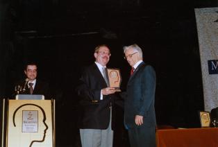 Itamar Franco recebendo o troféu Personalidade Política de Minas Gerais