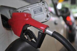 Gasolina começa segunda metade do ano com preço próximo de R$ 6,00