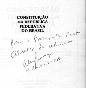1ª Página de livro sobre a Constituição Brasileira com dedicatória  De Ulysses Guimarães a Carlos Alberto Teixeira de Oliveira