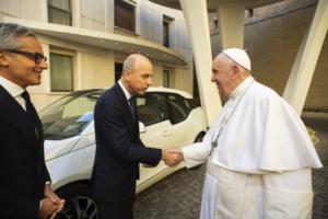 Papa Francisco ganha carro elétrico i3 da BMW