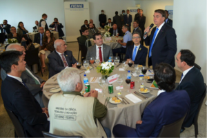 O presidente Jair Bolsonaro falou, durante o almoço, a empresários e autoridades, entre elas o presidente do TJMG – Tribunal de Justiça de Minas Gerais, desembargador Gilson Lemes. Divulgação/FIEMG