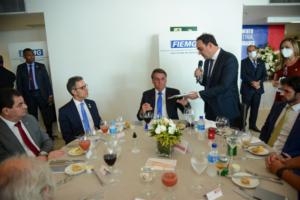 O presidente da FIEMG, Flávio Roscoe (de pé, à direita), quer uma aproximação cada vez maior entre o presidente Bolsonaro e os empresários mineiros (Crédito: Divulgação/FIEMG)